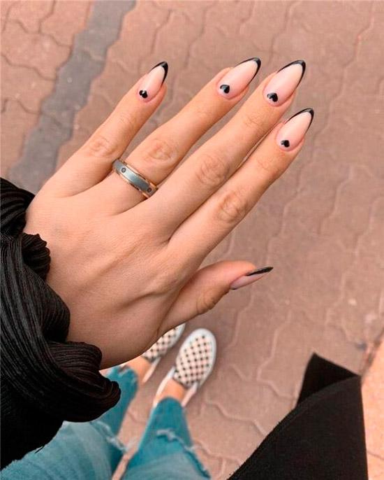 Черный френч с сердечками на овальных ногтях средней длины