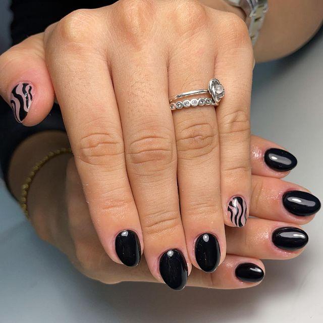 Черный глянцевый маникюр на коротких овальных ногтях