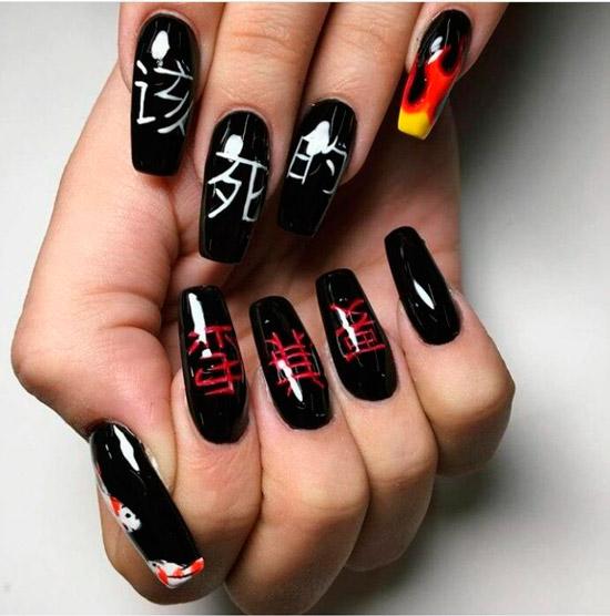 Черный глянцевый маникюр с японскими иероглифами на длинных ногтях