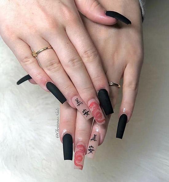 Черный маникюр с принтом и иероглифами на длинных квадратных ногтях