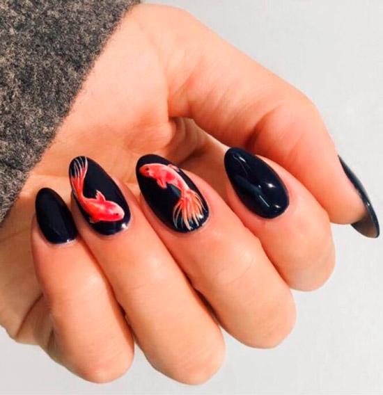 Черный маникюр с яркими рыбами на овальных ногтях средней длины