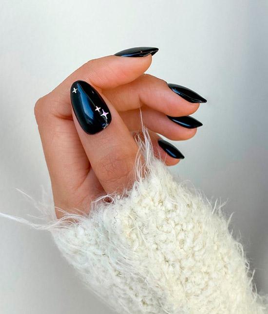 Черный маникюр со звездами на овальных ногтх средней длины