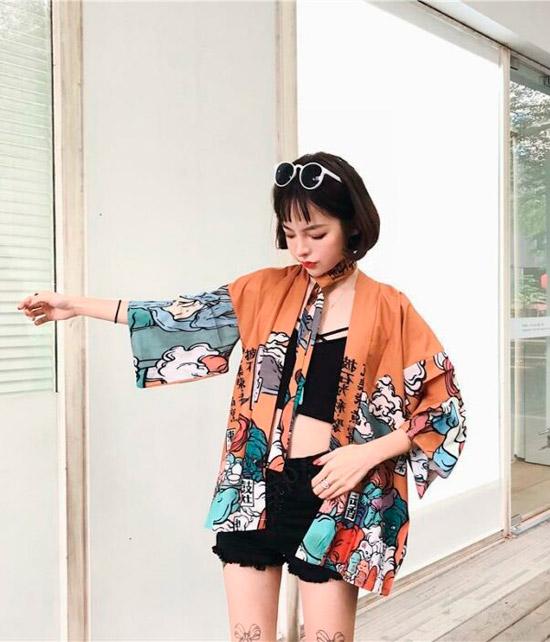 Девушка в кимоно и шортах