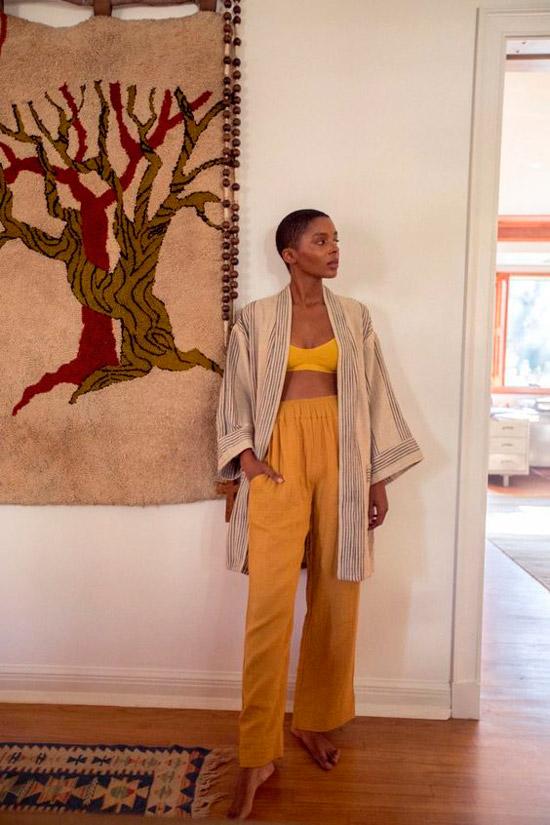 Девушка в широких желтых брюках, бюстье и бежевое кимоно по колено