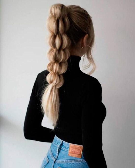Девушка с длинными светлыми волосами собранные в пышный хвост