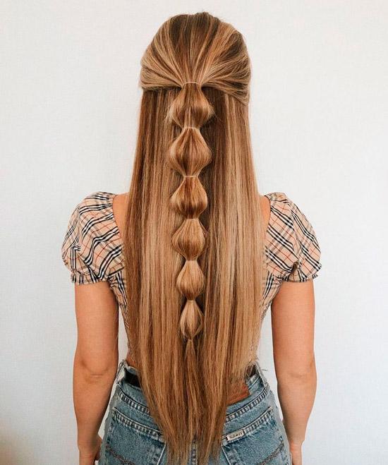 Девушка с длинными ухоженными волосами полусобранные резинками