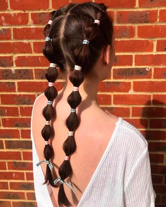 Девушка с интересными косами на длинных натуральных волосах