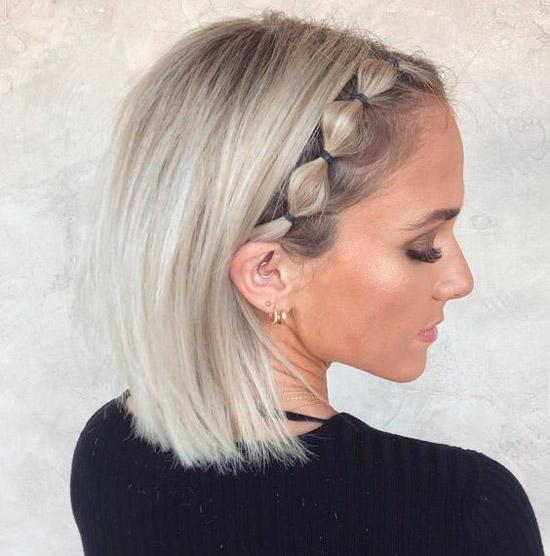 Девушка с короткой стрижкой на светлых платиновых волосах