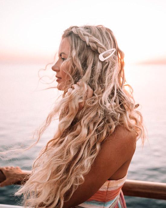 Девушка с локонами на длинных светых волосах