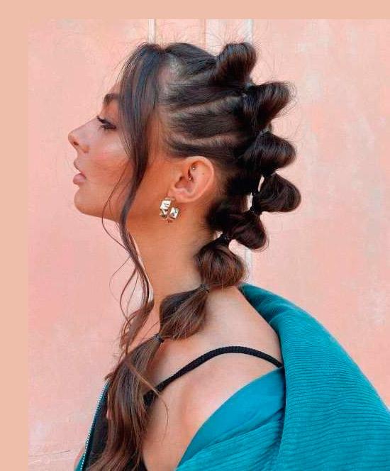 Девушка с модной молодежной прической на темных натуральных волосах