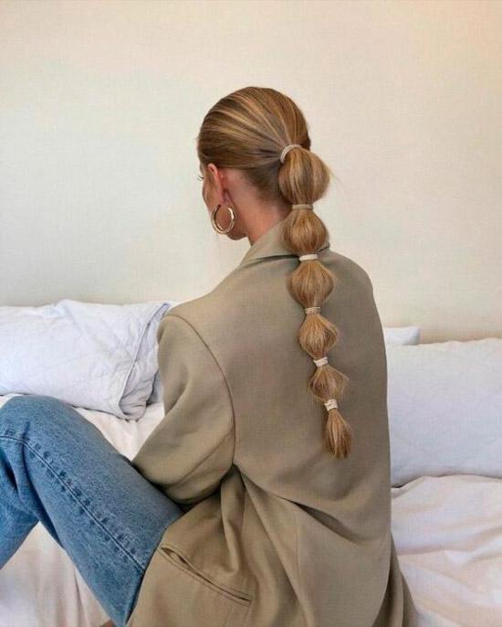 Девушка с необычной косой на длинных светлых волосах