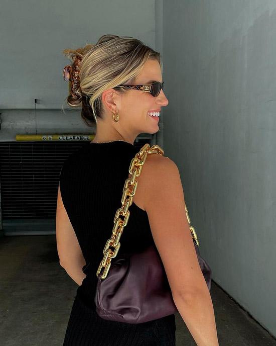 Девушка с волосами средней длины собранные заколкой