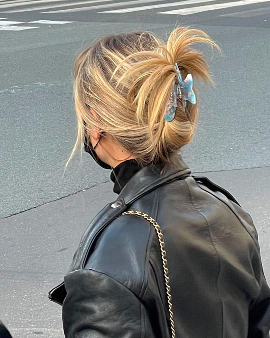 Девушка со светлыми волосами собранные заколкой
