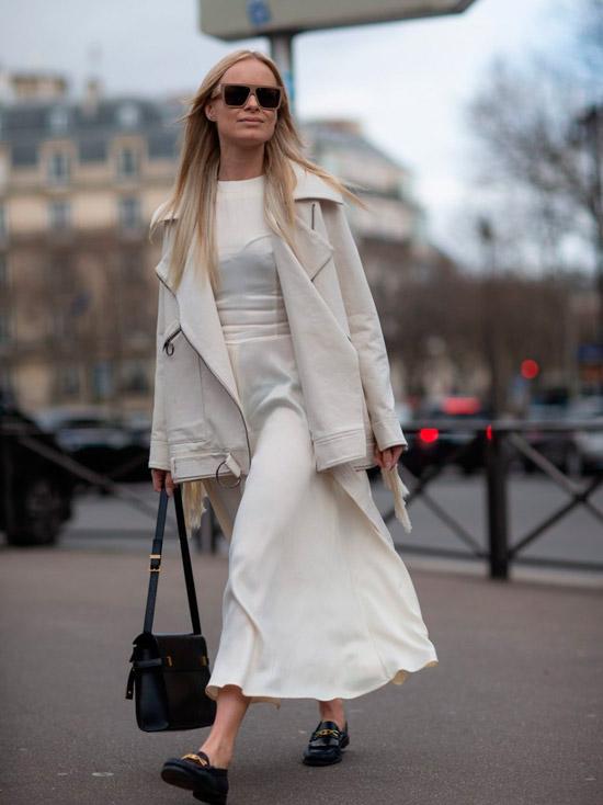 Девушка в белой миди юбке, футболка, куртка молочного цвета и черные лоферы