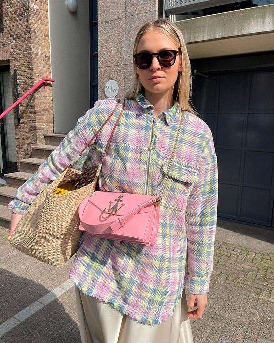 Девушка в бежевом шелковом платье, рубашка оверсайз в клетку, образ дополняют солнцезащитные очки и розовая сумочка