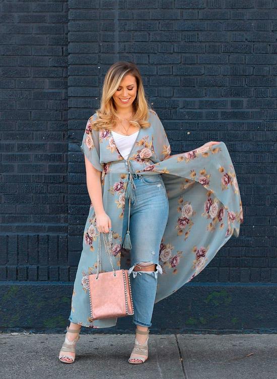 Девушка в голубых джинсах, белый топ и голубое кимоно с нежными цветами