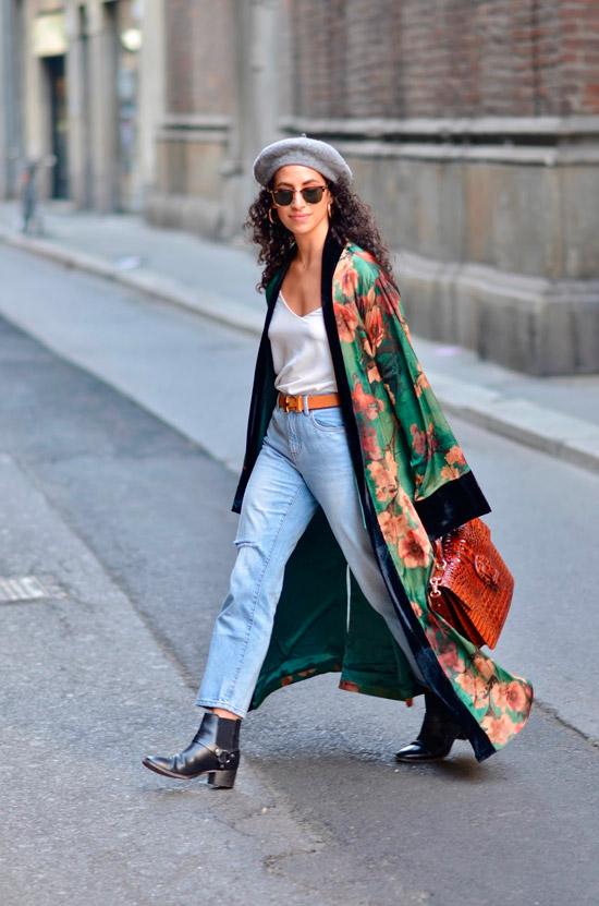 Девушка в голубых джинсах, белый топ и зеленое кимоно с цветочным принтом, образ дополняют черные ботильоны