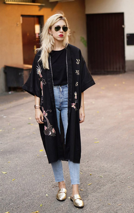 Девушка в голубых укороченных джинсах, черная футболка и кимоно, образ дополняют золотые лоферы