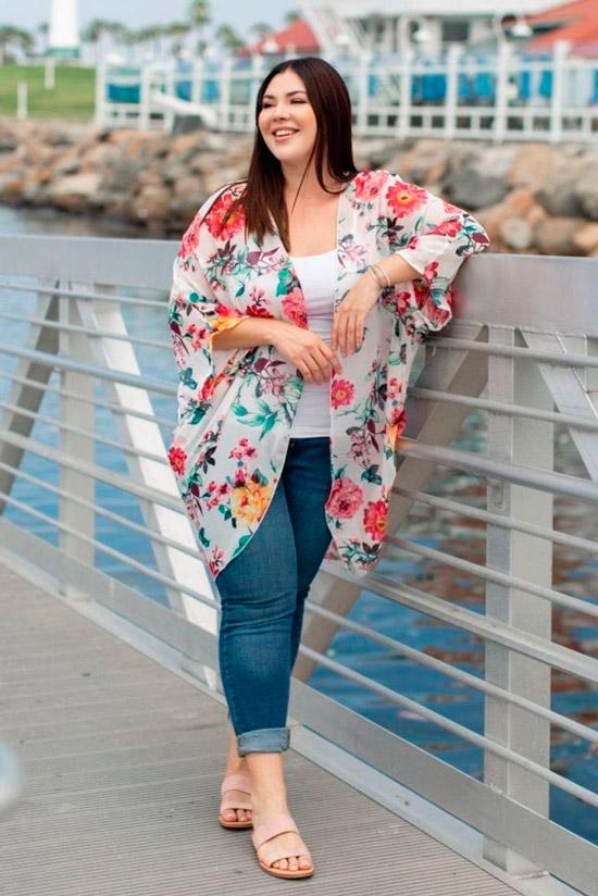 Девушка в синих джинсах, белый топ и кимоно с цветочным принтом