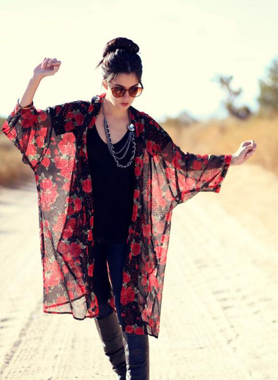 Девушка в темных джинсах, черный топ и прозрачное кимоно с красными цветами