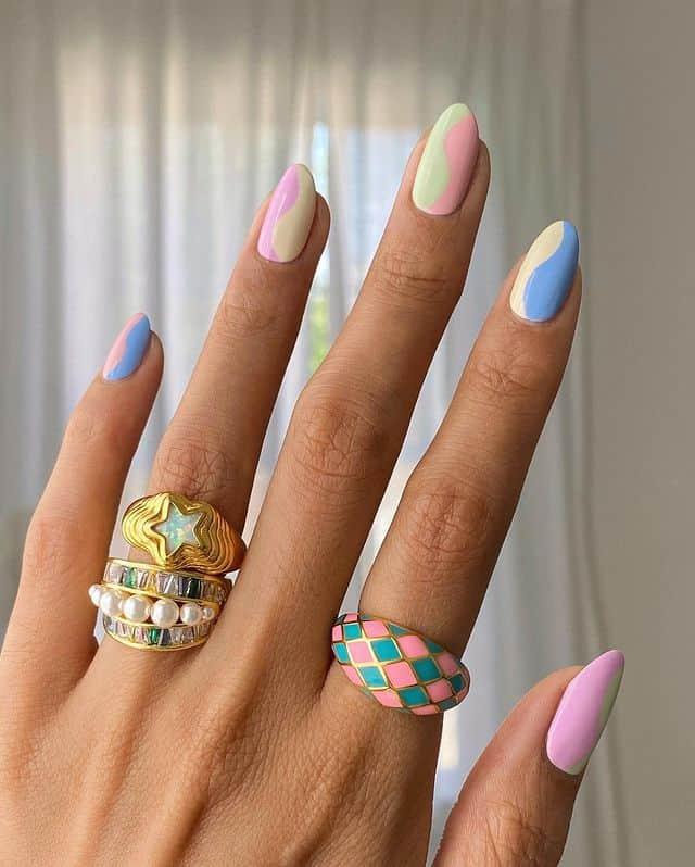 Двойной пастельный маникюр на овальных ногтях средней длины