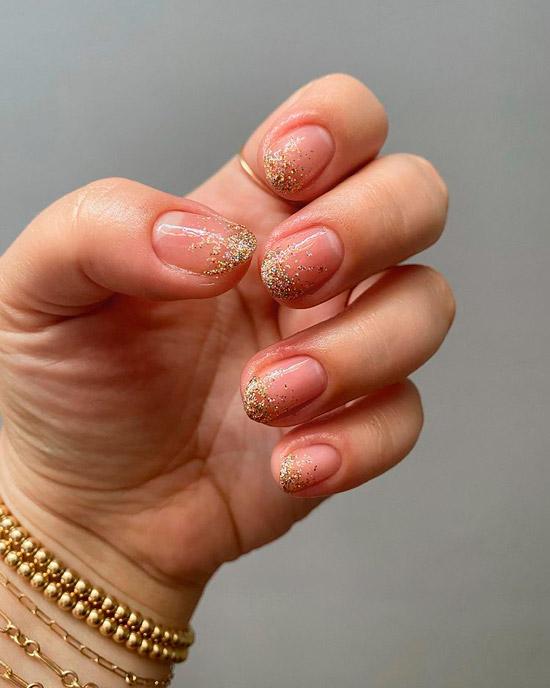 Естественный маникюр с золотыми блестками на овальных ногтях