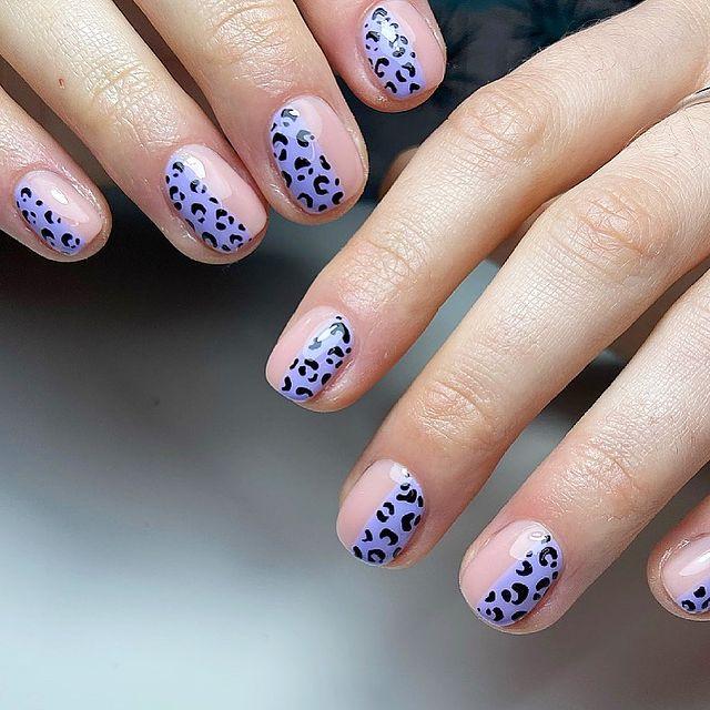 Фиолетовый маникюр с леопардовым принтом на коротких ногтях