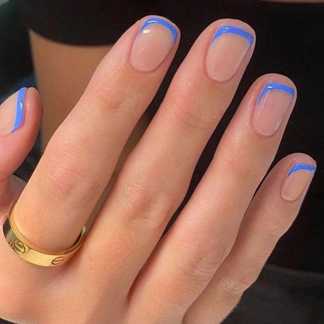 Голубой френч на коротких ухоженных ногтях