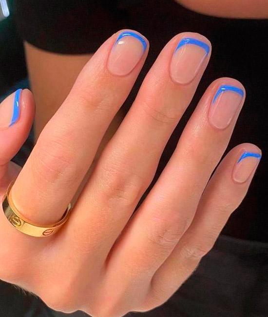 Голубой френч на ухоженных квадратных ногтях