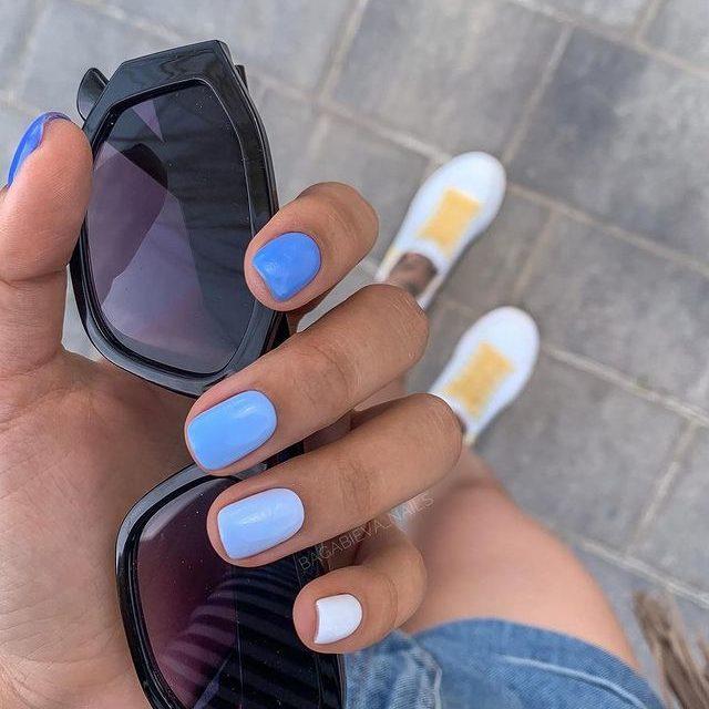Голубой градиент на коротких натуральных ногтях