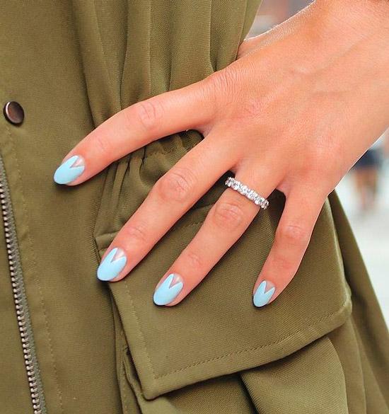 Голубой маникюр на овальных коротких ногтях