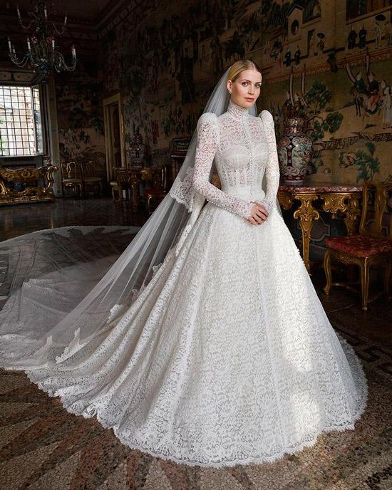 Китти Спенсер в белом свадебном платье в викторианском стиле с длинными рукавами и длинным шлейфом