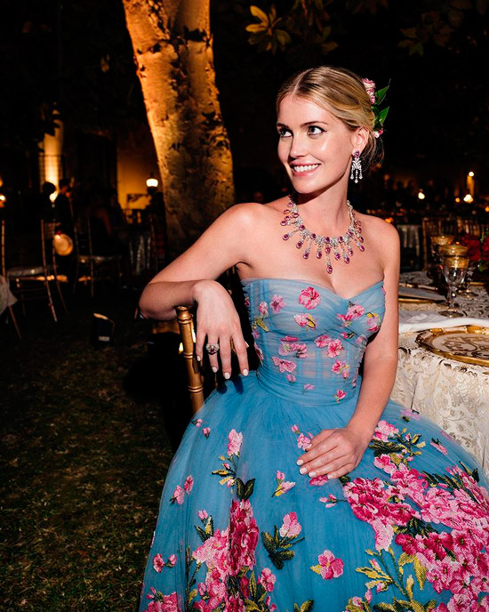 Китти Спенсер в голубом воздушном платье бюстье украшенное розовыми цветами