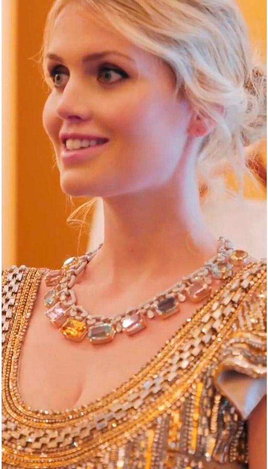 Китти Спенсер в коктейльном платье с пайетками и золотыми украшениями