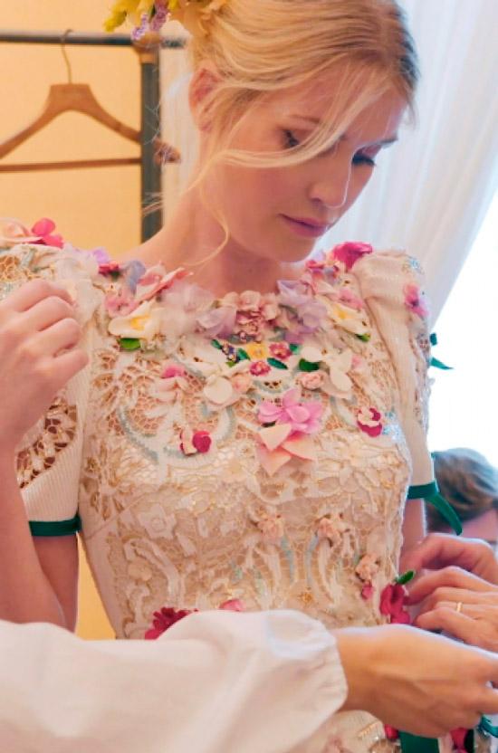 Китти Спенсер в вечернем бежевом платье с цветами и короткими рукавами