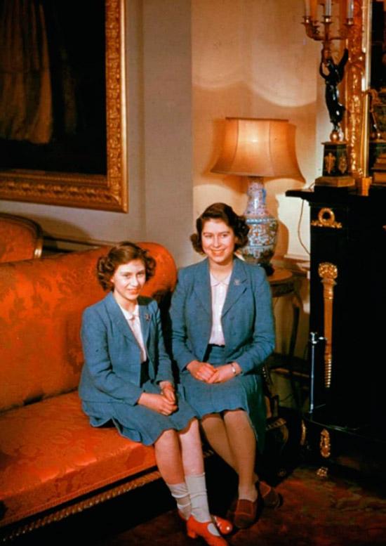 Королева Елизавета II и принцесса Маргарет в одинаковых синих костюмах с юбками миди