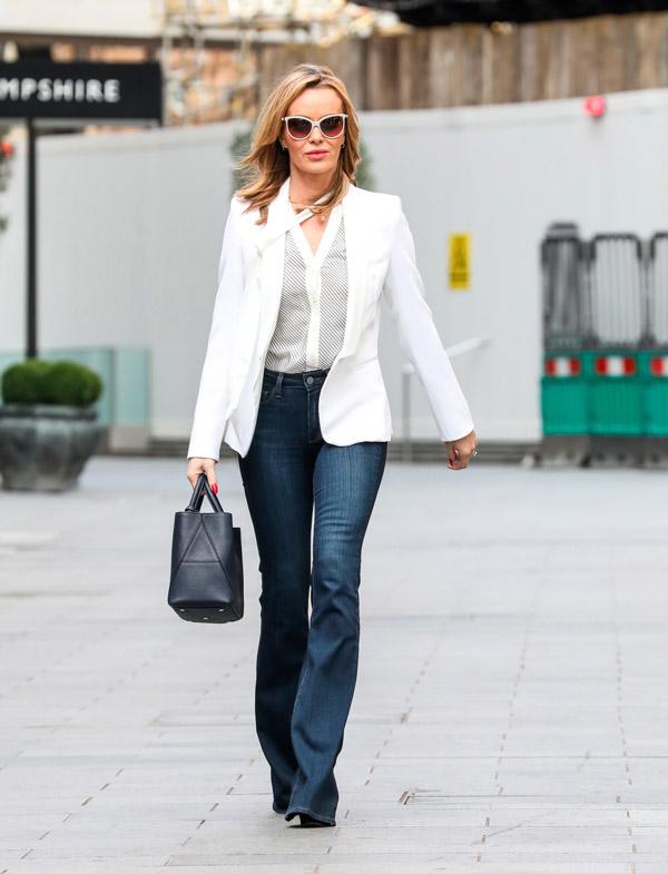 Аманда Холден в джинсах и блейзере