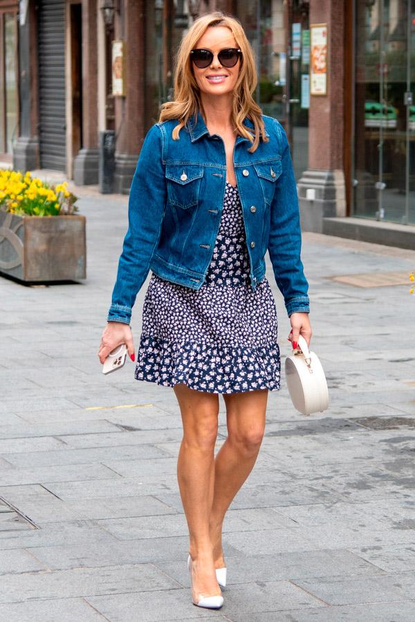 Аманда Холден в коктейльном платье и джинсовке