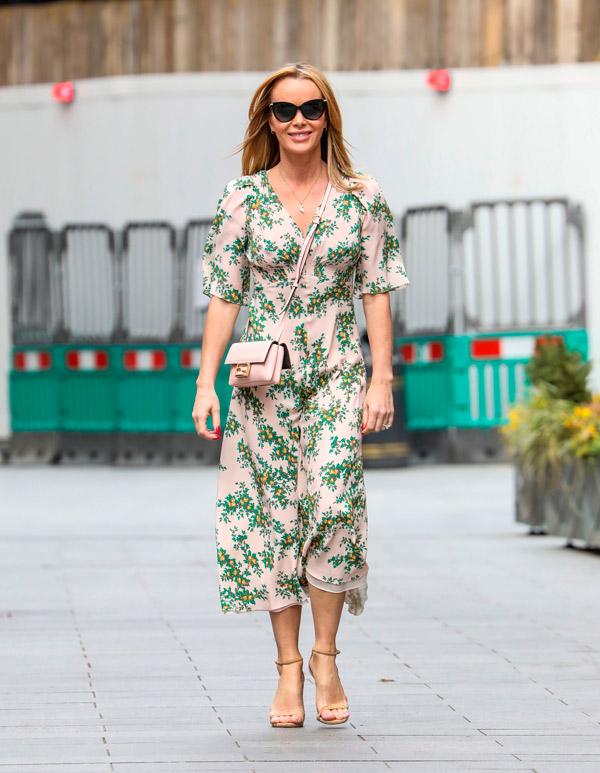 Аманда Холден в платье миди с принтом и туфлях