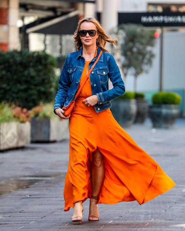 Аманда Холден в оранжевой юбке и джинсовке