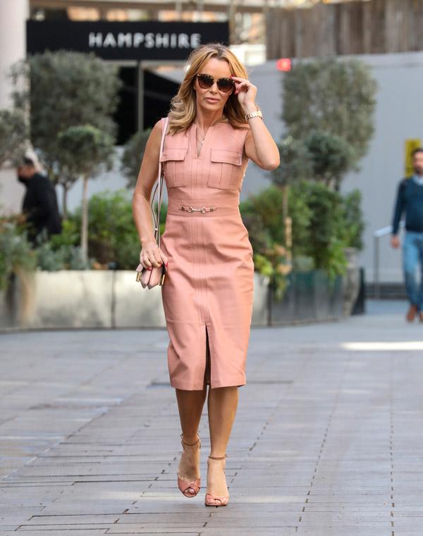 Аманда Холден в платье футляр и туфлях
