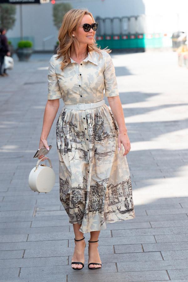 Аманда Холден в платье с белым поясом и босоножках