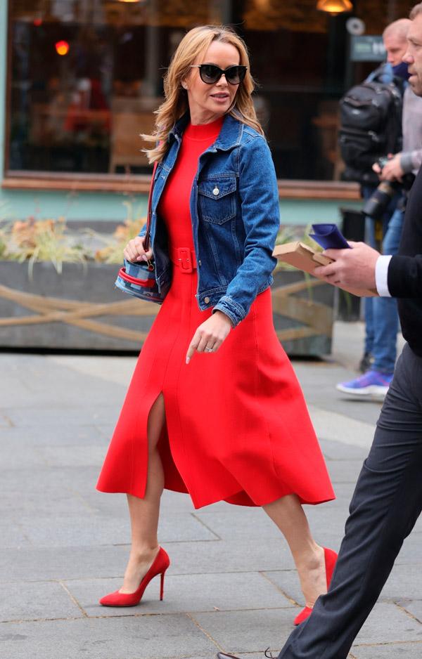 Аманда Холден в красном платье и джинсовке
