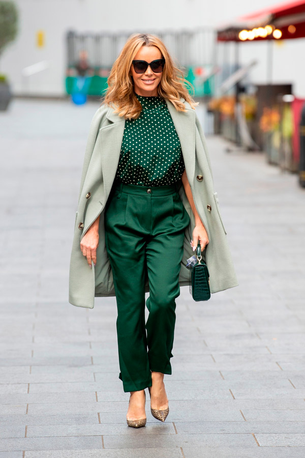 Аманда Холден в изумрудных брюках, блузе и пальто