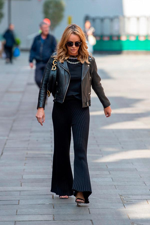 Аманда Холден в брюках в полоску и косухе