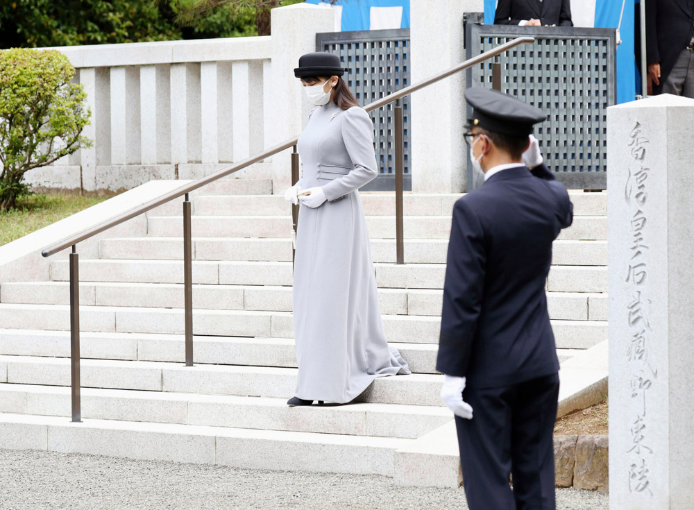 Японская принцесса Мако в длинном сером платье