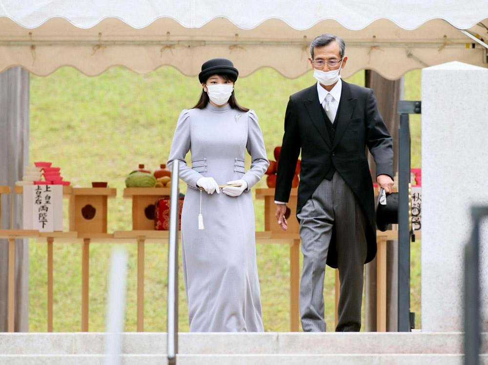 Японская принцесса Мако в платье и шляпе