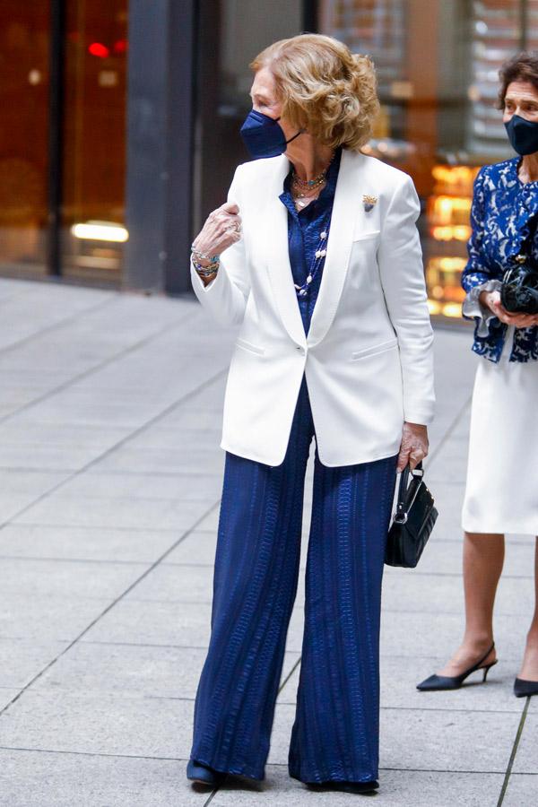 Королева София в синем комбинезоне и белом пиджаке
