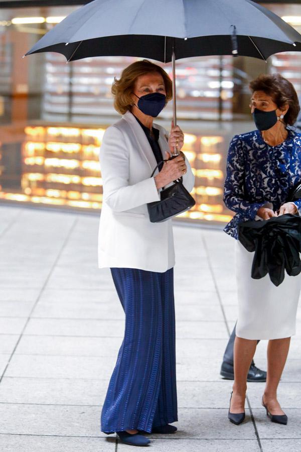 Королева София в синем комбинезоне и туфлях