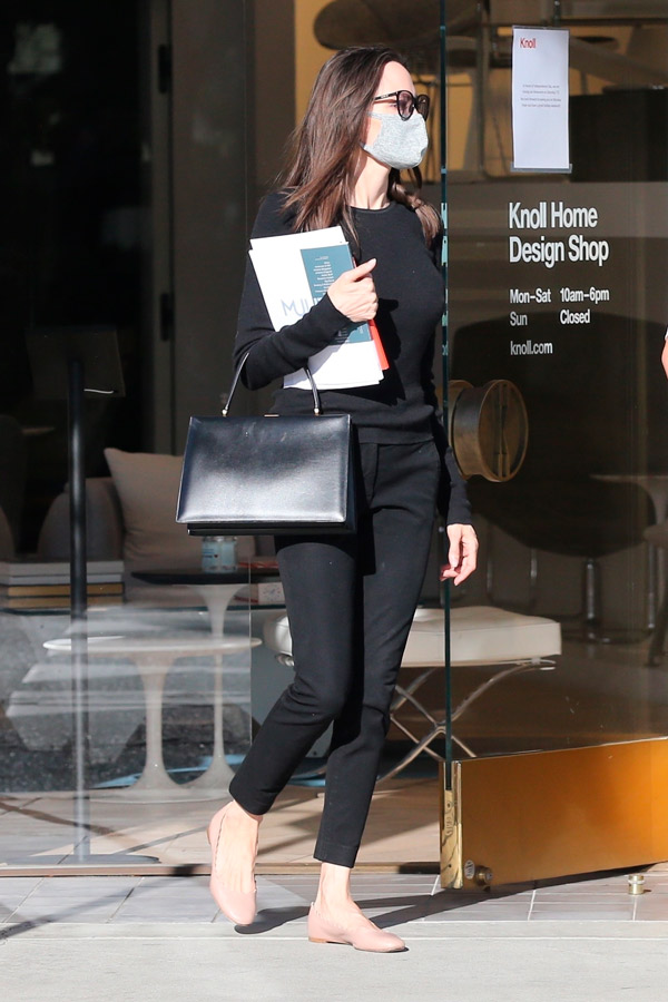 Анджелина Джоли с черной сумкой и джинсах